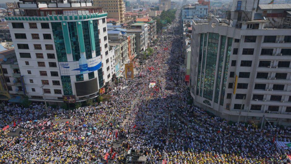 ميانمار.. إضراب ومظاهرات رفضا للانقلاب والجيش يحذر والأوروبيون يبحثون فرض عقوبات